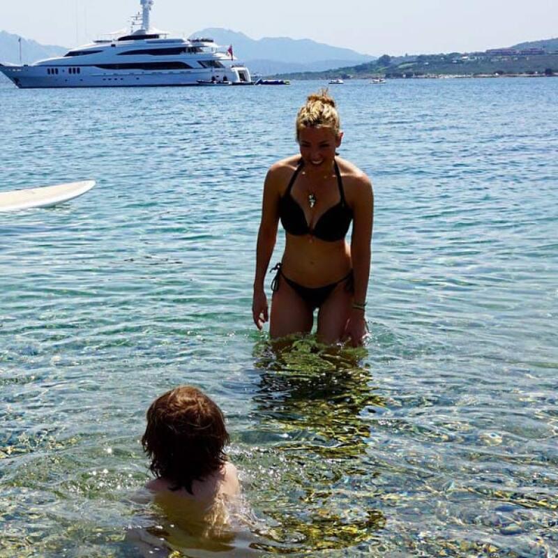 Pendiente en todo momento, Thalía disfruta en familia su viaje por Italia.