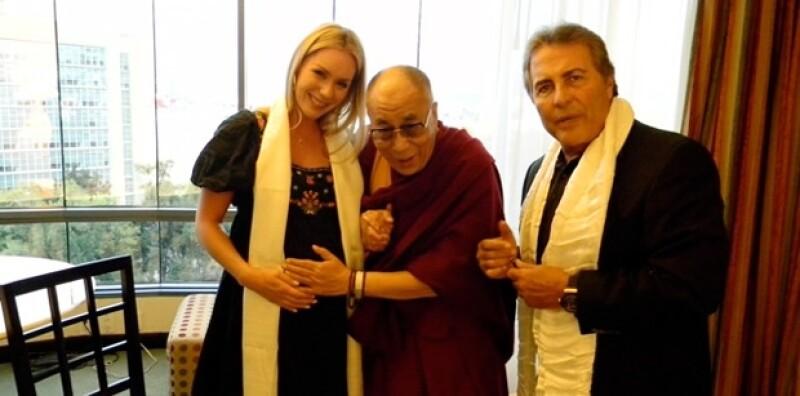 Aquí con su suegro, Jaime Camil, y el Dalai Lama durante la visita que hizo a México hace unos meses.