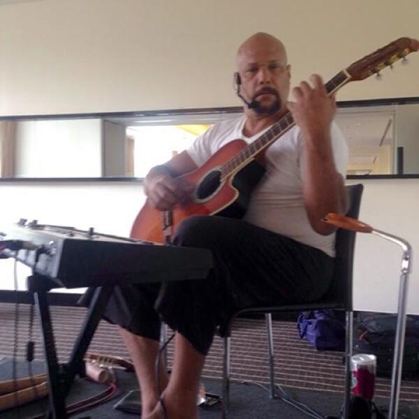 Javier Bautista tocó música en vivo durante el evento.