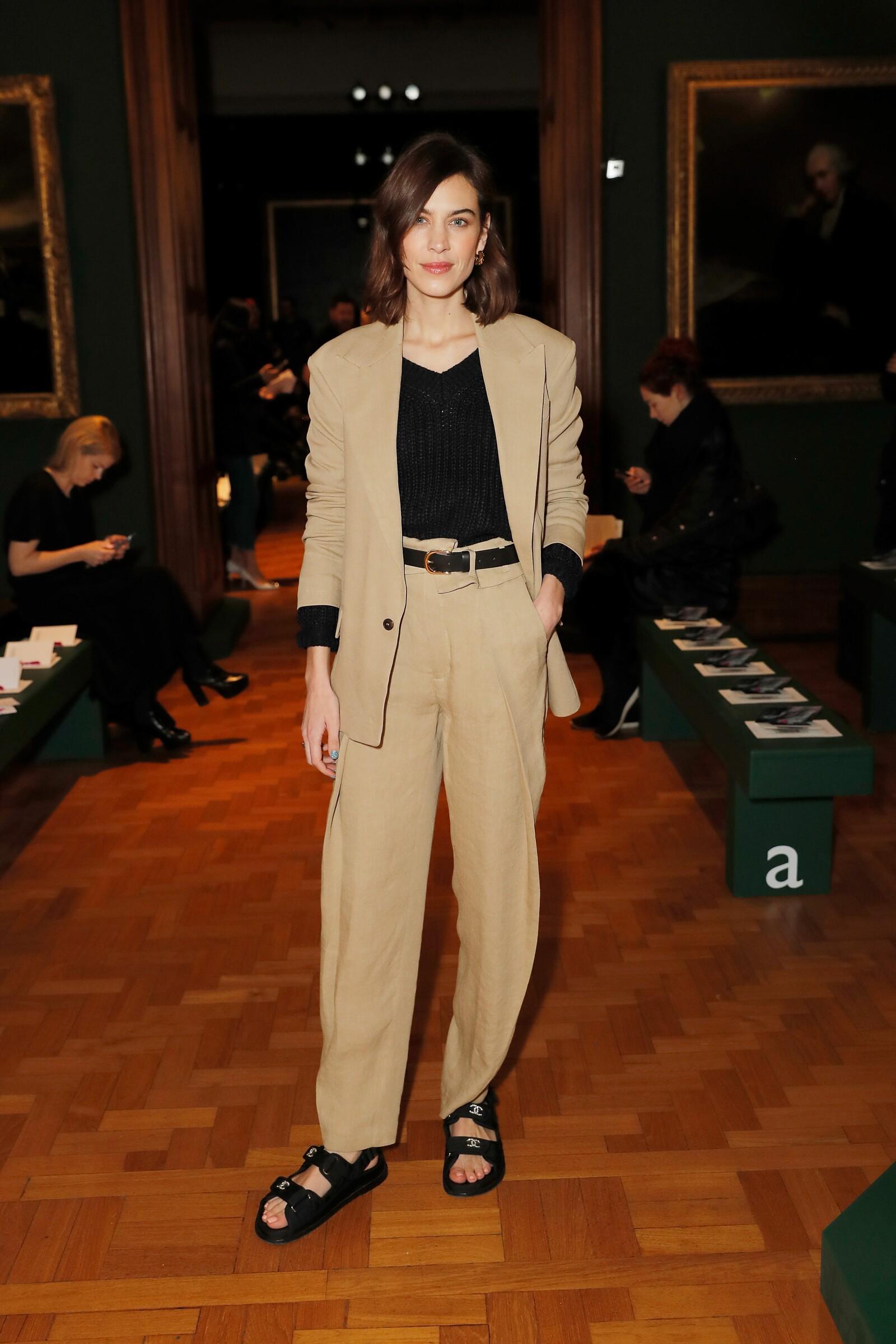 Alexa Chung en un look total beige de H&M Studio y unas sandalias Chanel para asistir al desfile de Erdem en London Fashion Week 2019