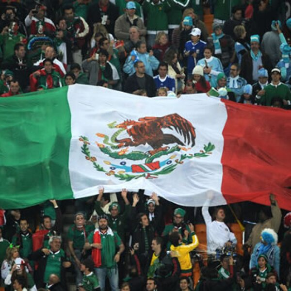 Bandera mexicana en estadio