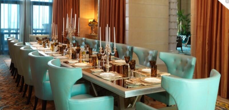 El comedor al interior de la habitación de 924 metros cuadrados es para 16 personas.