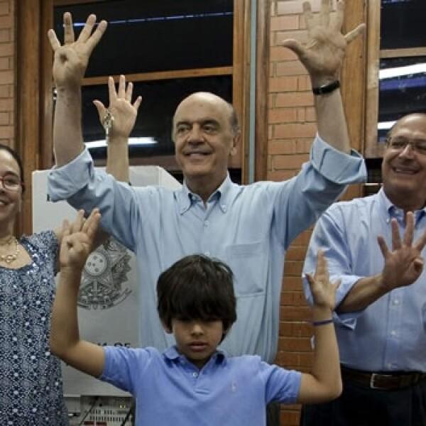 jose serra va a votar con su familia