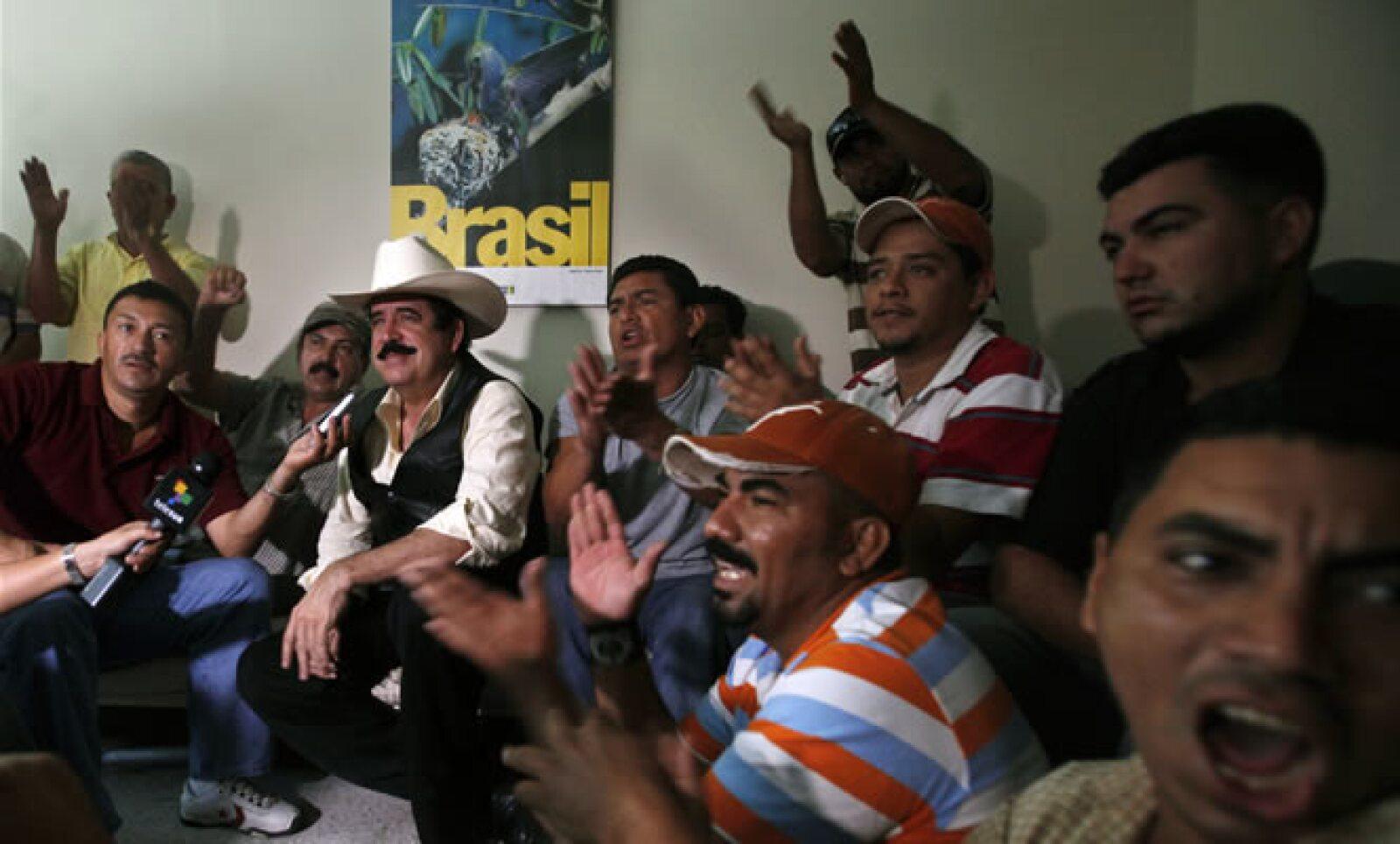 El depuesto presidente de Manuel Zelaya llegó el lunes a Honduras y se refugió en la embajada de Brasil en Tegucigalpa. El miércoles denunció que el Gobierno de facto de su país tendría un plan para capturarlo y asesinarlo. EU está atento a la situación.