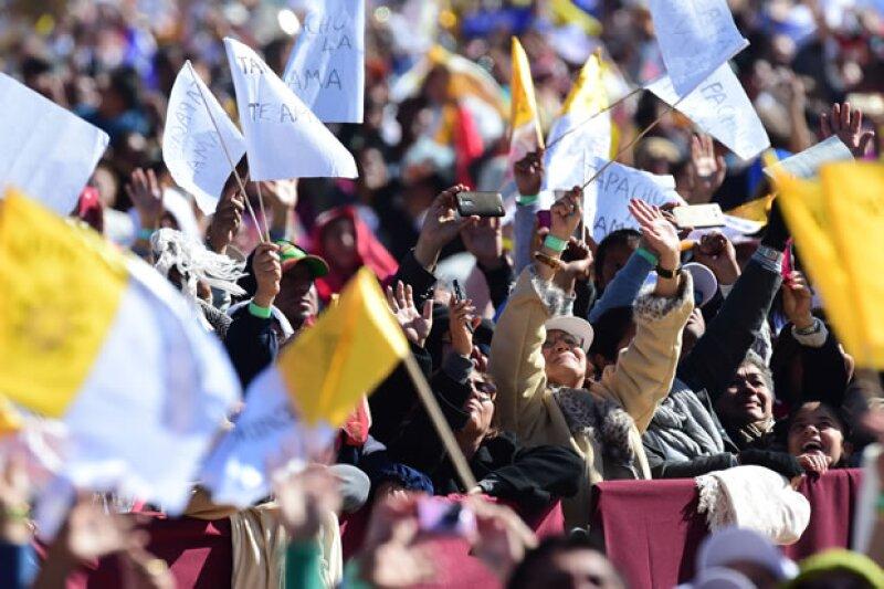 Miles de católicos se reunieron para acudir a la misa.