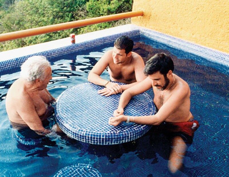 NOSOTROS LOS SCHERER. Don Julio con sus hijos Pedro y Julio en Ixtapa, en 2000.