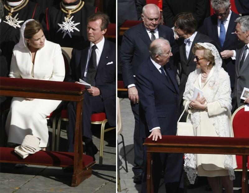 La reina Paola y María Teresa de Luxemburgo, acudieron a la misa portando atuendos claros.