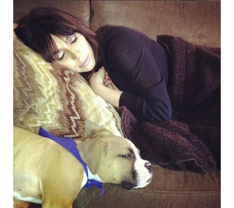 Khloe Kardashian compartió esta imagen en Facebook de su hermana tomando una siesta en el sofá de su casa. Es la una imagen de Kim justo un mes antes de haber recibido a la pequeña North West.