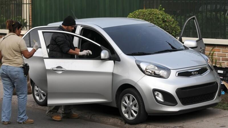 policias analizan el auto abandonado del periodista