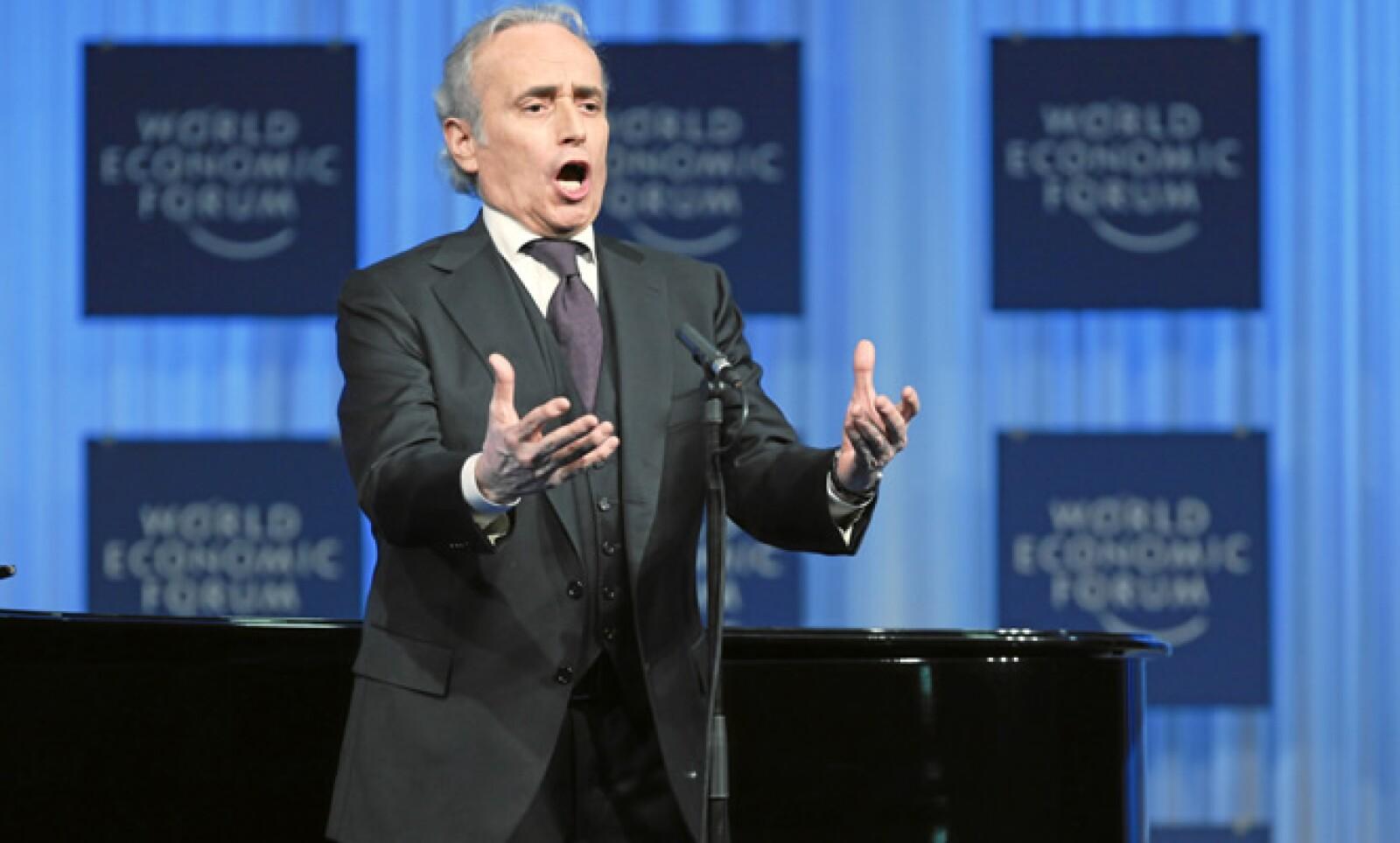 El cantante de ópera canta en la reunión de Davos del 2011.