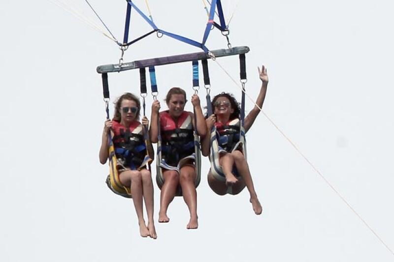 Selena y sus amigas se divirtieron en las atracciones del destino turístico.