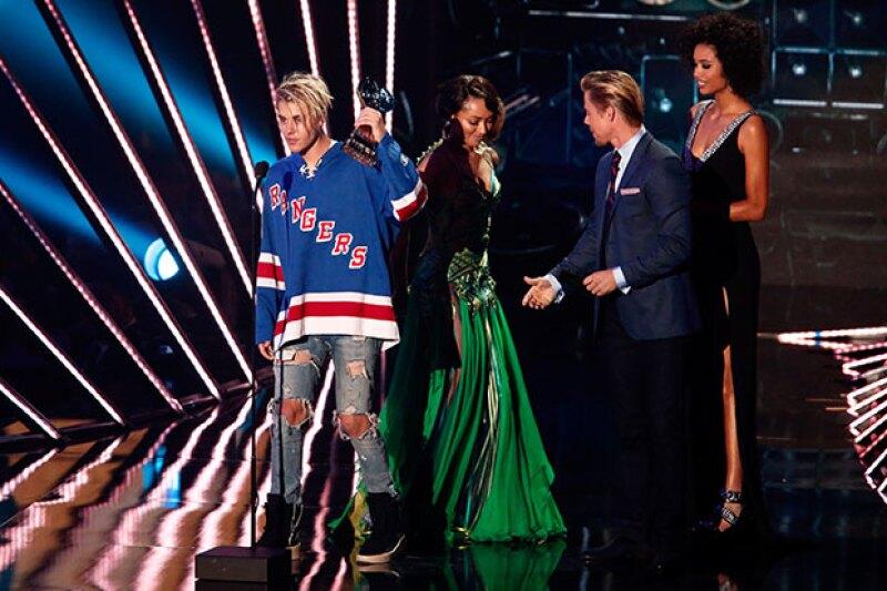 Justin recibió el premio a Artista Masculino del Año.