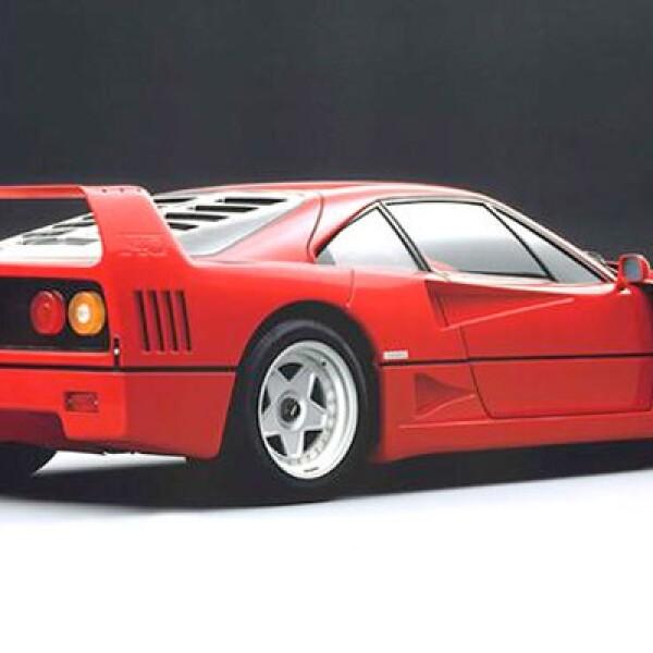 El padre de los llamados 'súperautos', es el último desarrollado por Enzo Ferrari. Se produjeron 1,315 autos y su precio inicial fue de 400,000 dólares. Alcanzaba velocidades de 325 km/h.