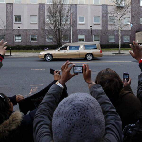 Algunos fans estiraban el cuello con la esperanza de echar un vistazo a los dolientes, y quizás ver a alguna celebridad.