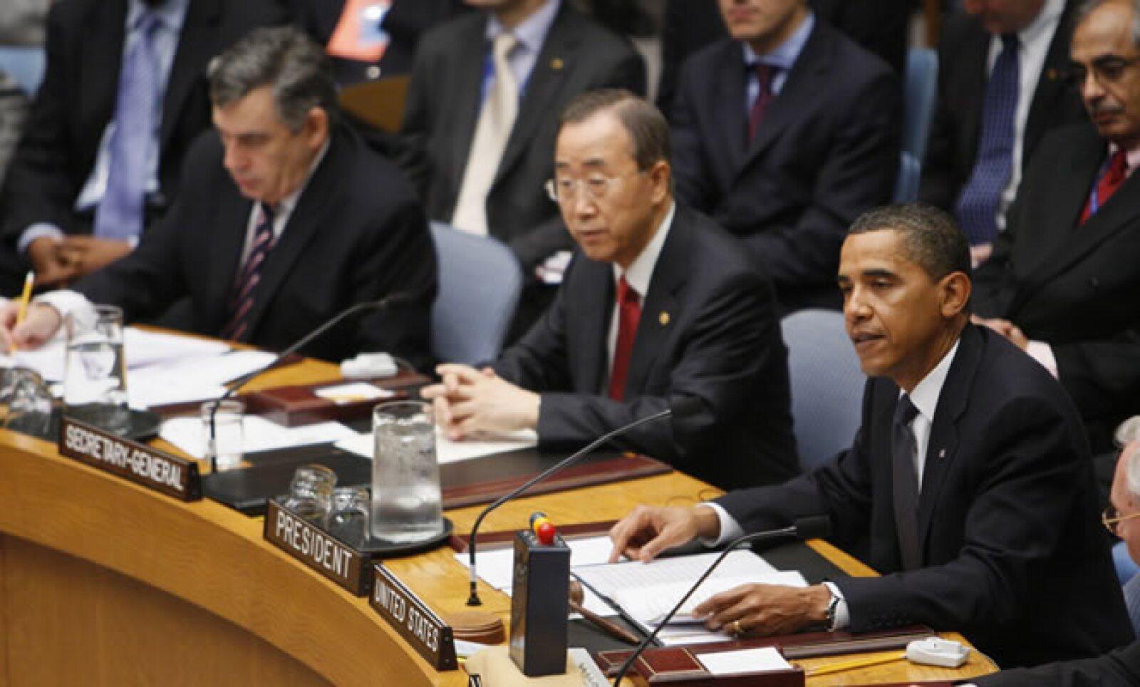 El Presidente de EU Barack Obama encabezó el jueves 24 una cumbre en ONU donde el Consejo de Seguridad aprobó pedir que se desechen los arsenales nucleares. Aquí, con el Secretario General Ban Ki-moon, y el Primer Ministro inglés Gordon Brown.