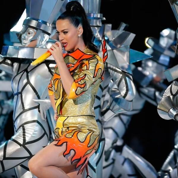 Un vestido en llamas y bailarines que asemejaban a personas metálicas fueron parte del espectáculo de la cantante