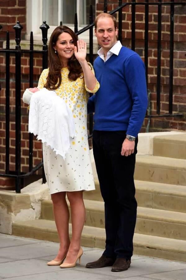 A tan solo unas horas de haber dado a luz, Kate Middleton y su bebé ya hicieron su primer aparición pública.