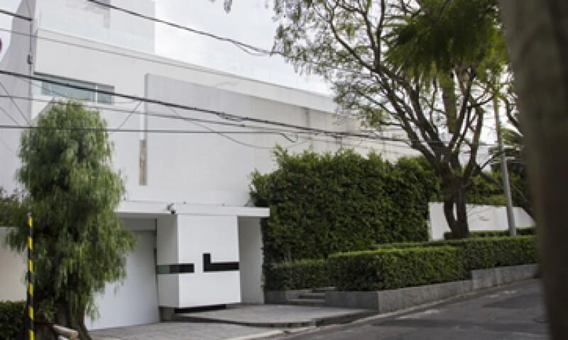 Fachada de la casa con domicilio en Sierra Gorda 150, en la colonia Lomas de Chapultepec. (Foto: Cuartoscuro )