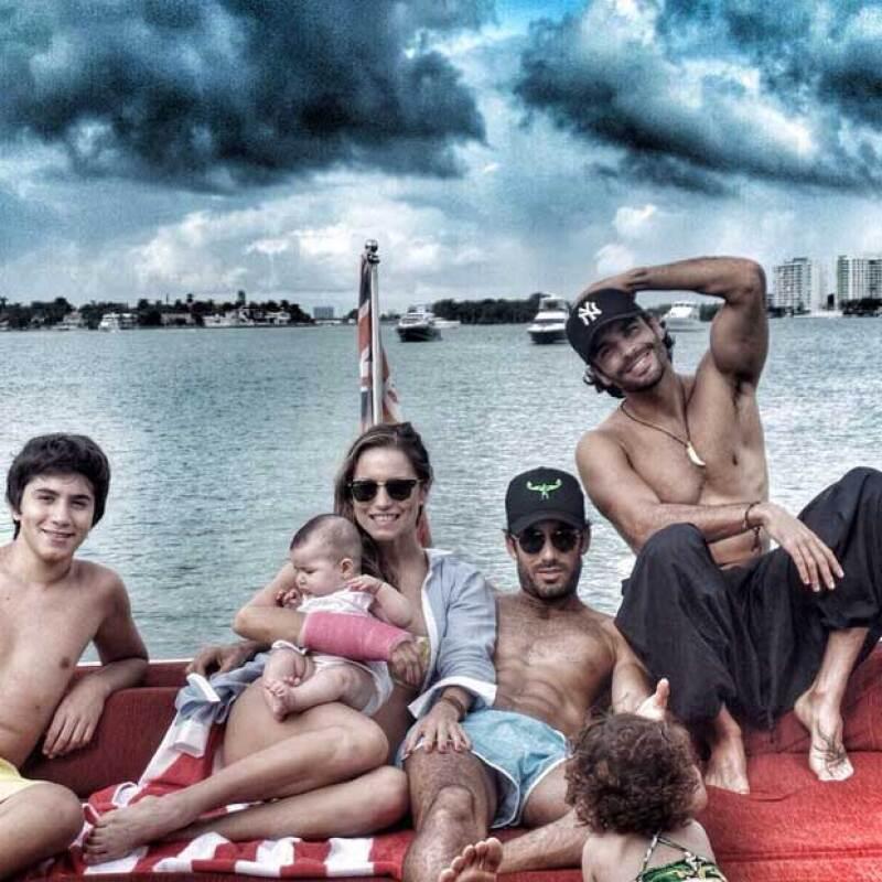 La modelo publicó fotos en las que tanto ella como su esposo mostraban sus tonificados cuerpos en una escapada con sus hijas y amigos a las playas de Florida.