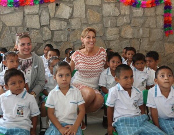 Alejandra Alemán en una de las escuelas que ha construido en Guerrero.