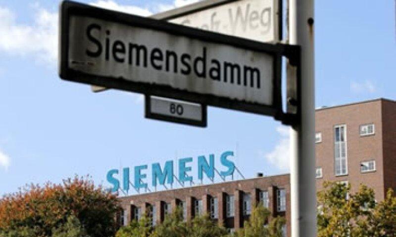 Siemens también planea cerrar oficinas en algunos de los 190 países donde opera.  (Foto: AP)