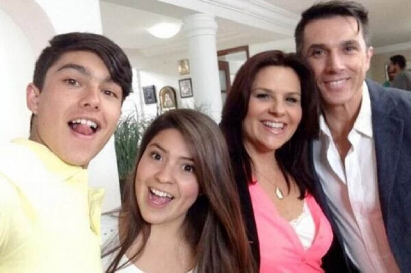 Sergio se tomó una foto con su papá y con el elenco del capítulo en el que participó.
