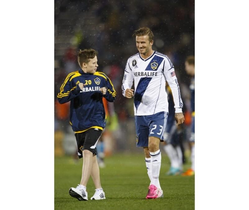 El Sportsmail reveló que el hijo mayor de los Beckham de 13 años asistió a una prueba para formar parte del club inglés sub 14 de la Liga Premier.