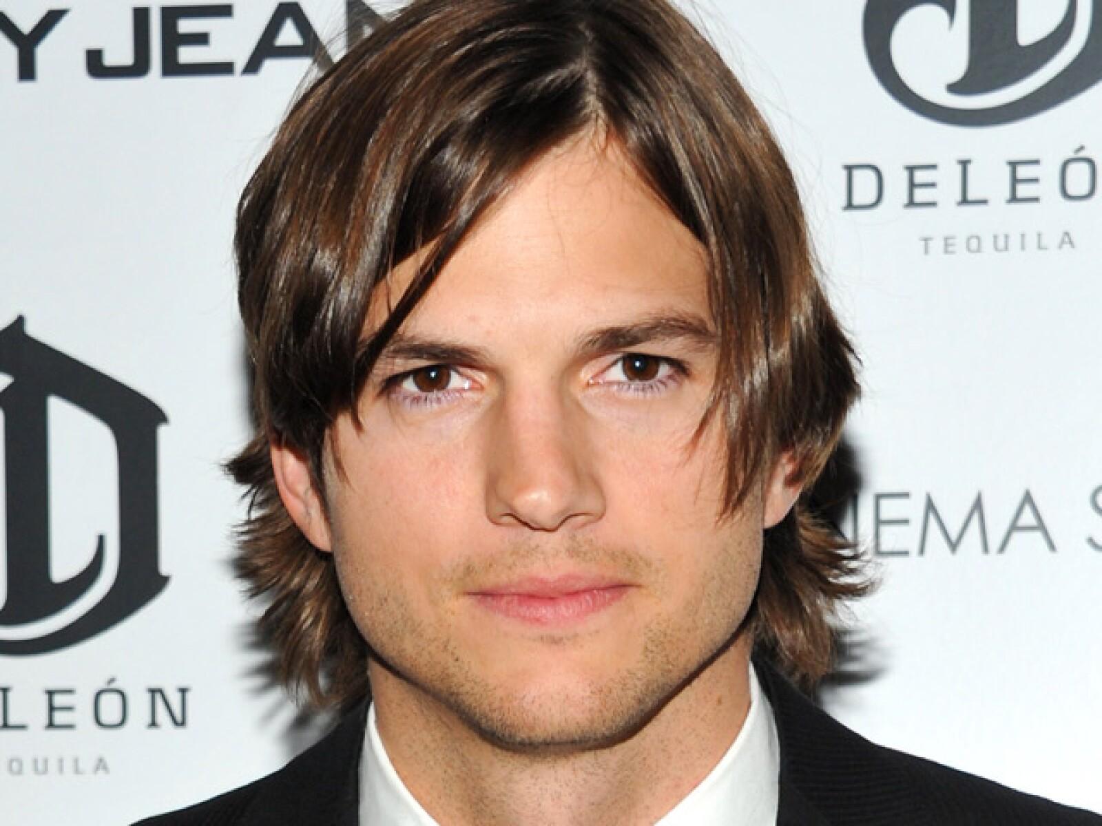 El guapo actor Ashton Kutcher estudió Ingeniería Bioquímica en la Universidad de Iowa.