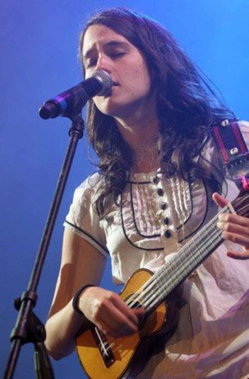 La cantante viajó al país sudamericano para que la conozcan antes de ir con su grupo.