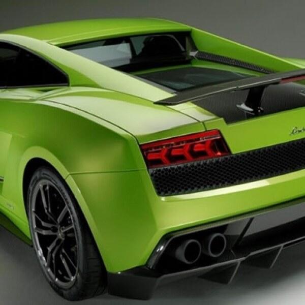 Los componentes exteriores e interiores están hechos de fibra de carbono, ideal para la fabricación de vehículos deportivos, ya que su uso permite una reducción de peso y mejora las características mecánicas.