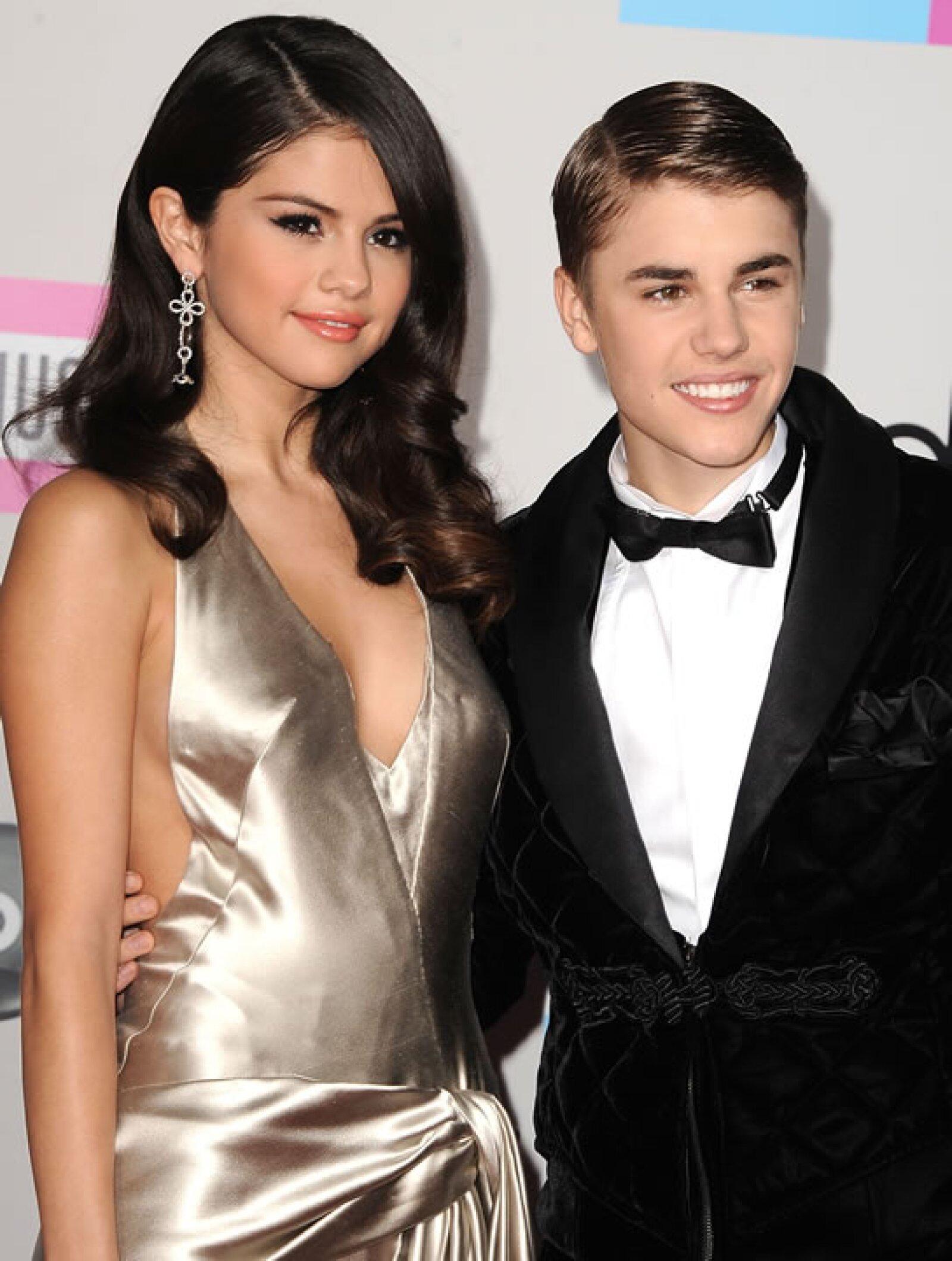 Selena Gomez y Justin Bieber- `Justin y Selena dijeron que su última ruptura fue para ajustar  horarios, ya entendí  Justin tenía ciencia de 3ro y Selena de 6to y sólo podían verse en el recreo´.
