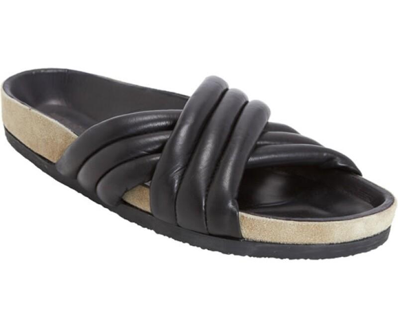 Isabel Marant propone esta temporada su propia versión de la icónica sandalia.