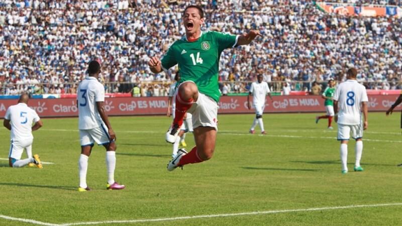 chicharito celebra gol contra honduras