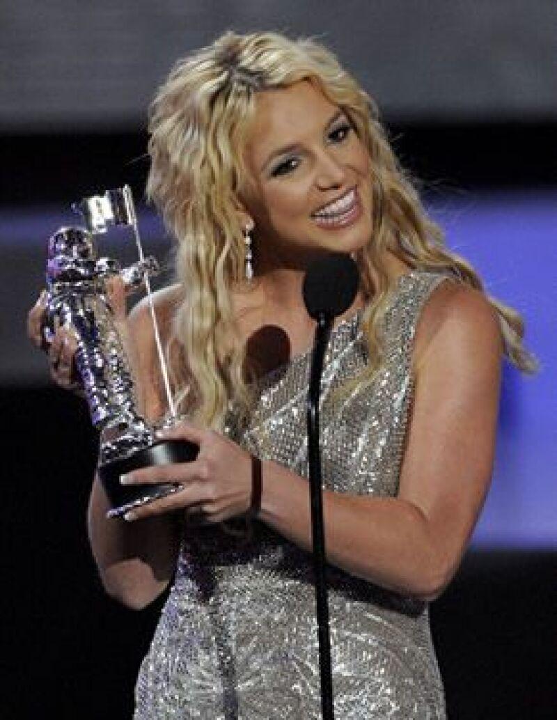 Después de su éxito en los MTV la disquera de la cantante quiere aprovechar la buena imagen del momento.
