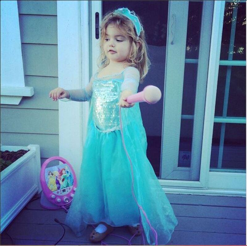 Elena también es encantadora como una princesa.