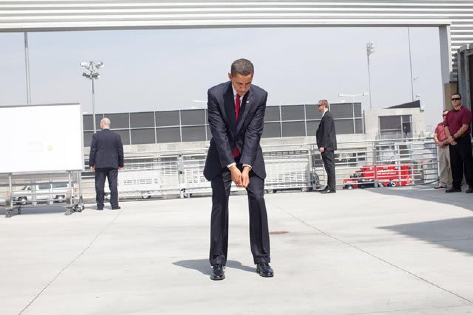 El presidente practicando su swing de golf antes del evento en el centro Miguel Contreras, en Los Ángeles.
