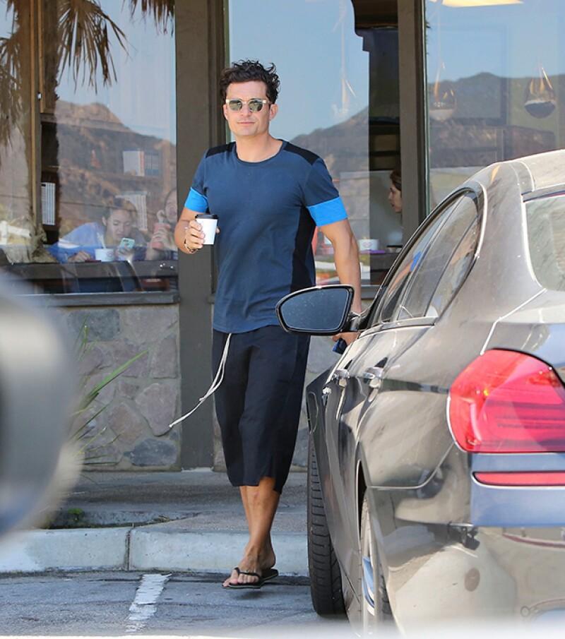 Horas antes de reunirse con Selena en su casa, Orlando fue visto cuando salía de comprar un café en Malibú.