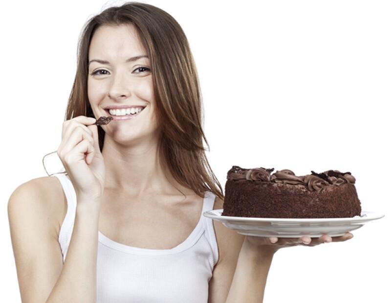 Los alimentos con mucha azúcar pueden lastimar la producción de colágeno en la piel, causando inflamación.