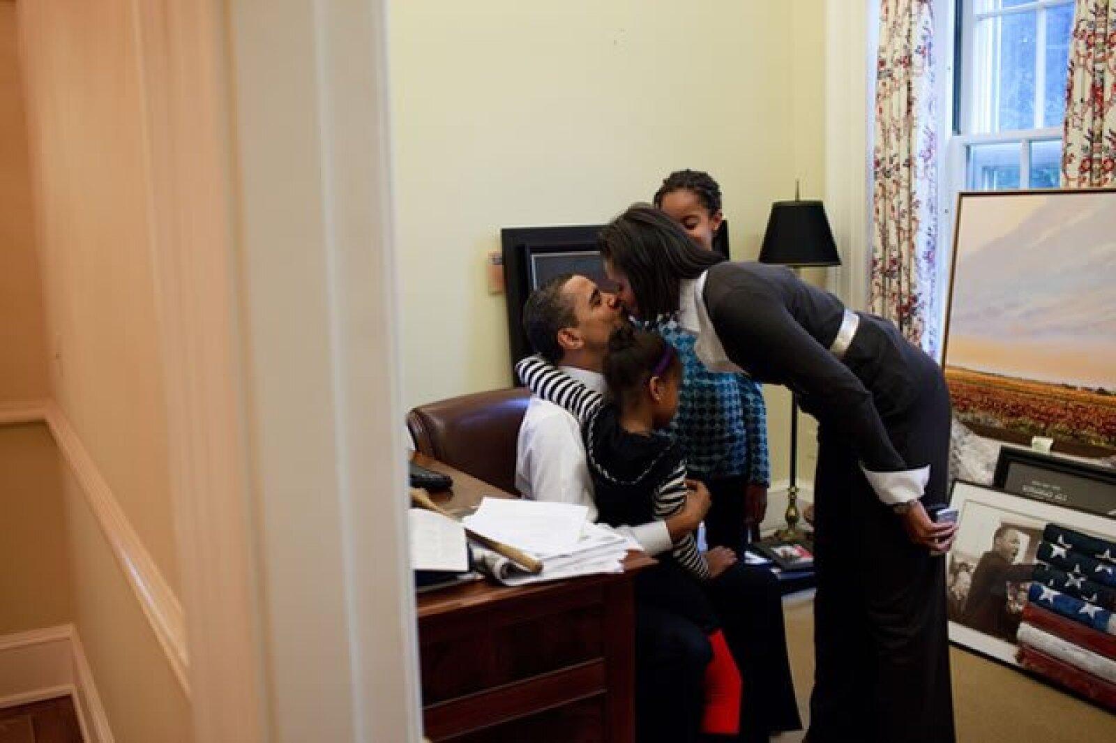 Michelle Obama y sus hijas, Malia y Sasha, visitan a Barack en un estudio privado de la Oficina Oval.