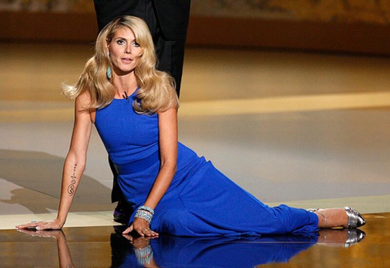 Heidi Klum cayó en el escenario de los Emmy 2008 durante un sketch cómico.