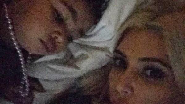 Parece que Kim Kardashian prefiere que su hija, en lugar de dormir abrazando un oso de peluche como cualquier niña, duerma con un estilo muy fashion.