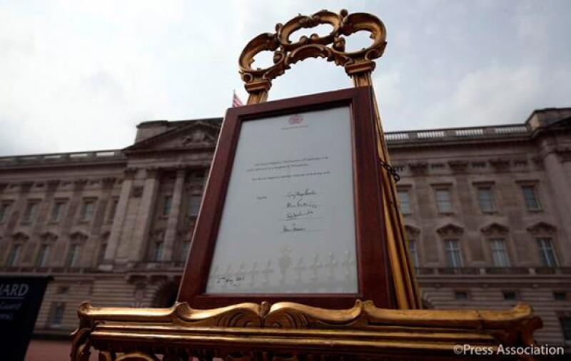Así es como luce el documento oficial a las puertas del Palacio de Kensington.