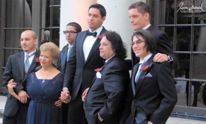 Por si ni lo sabías, Juan Gabriel tuvo 1 hijo biológico y 4 adoptados: Alberto Aguilera Jr., Iván Gabriel, Joan Gabriel, Hans Gabriel y Jean Gabriel.