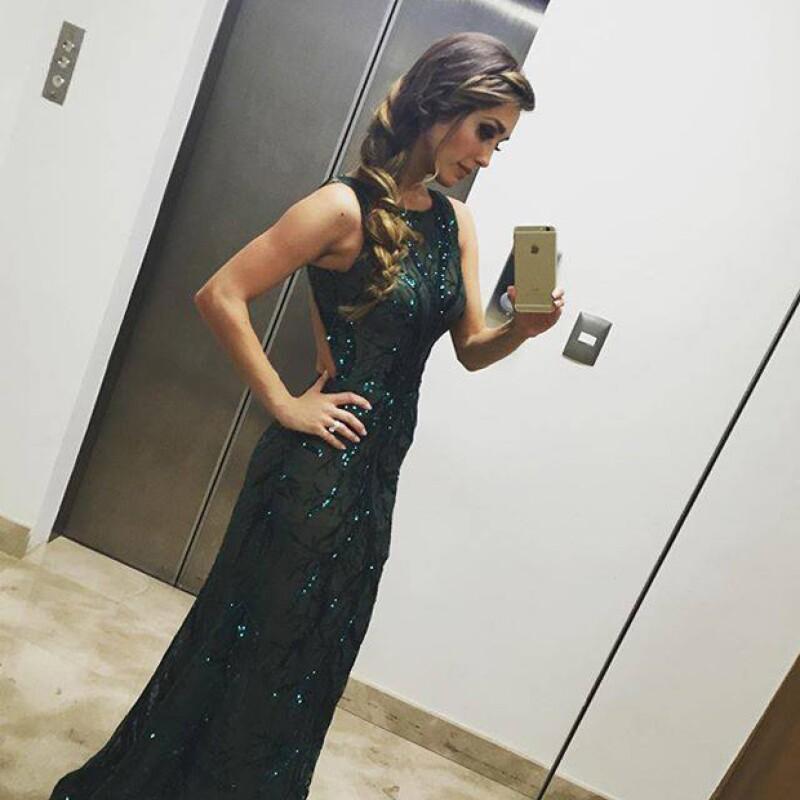 La cantante lució un vestido verde con lentejuelas del diseñador mexicano Benito Santos.