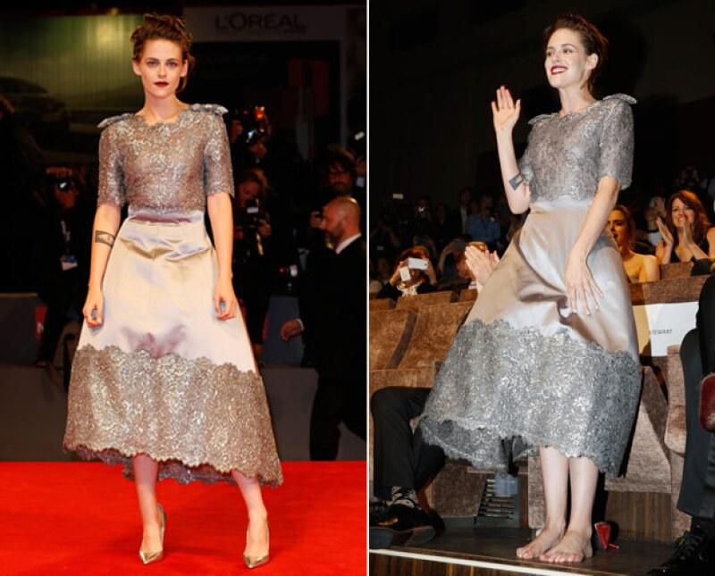 La actriz Kristen Stewart se dejó ver súper glamourosa en el Festival de Cine de Venecia, pero también disfrutó de una actitud desenfadada al quitarse los tacones.