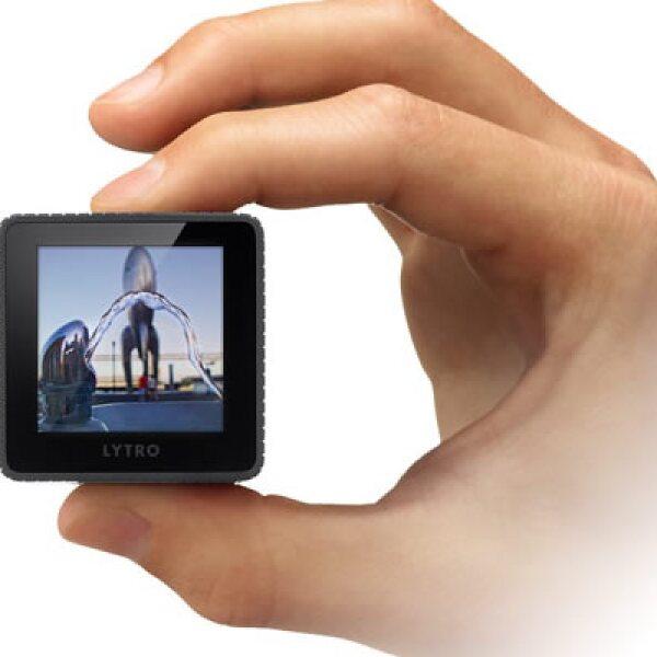 La cámara Lytro cuenta con solo con 2 botones – encendido y obturador –, una pantalla táctil, lente con una apertura de f/2, zoom óptico 8x y un conector USB para pasar tus fotos a tu computadora.