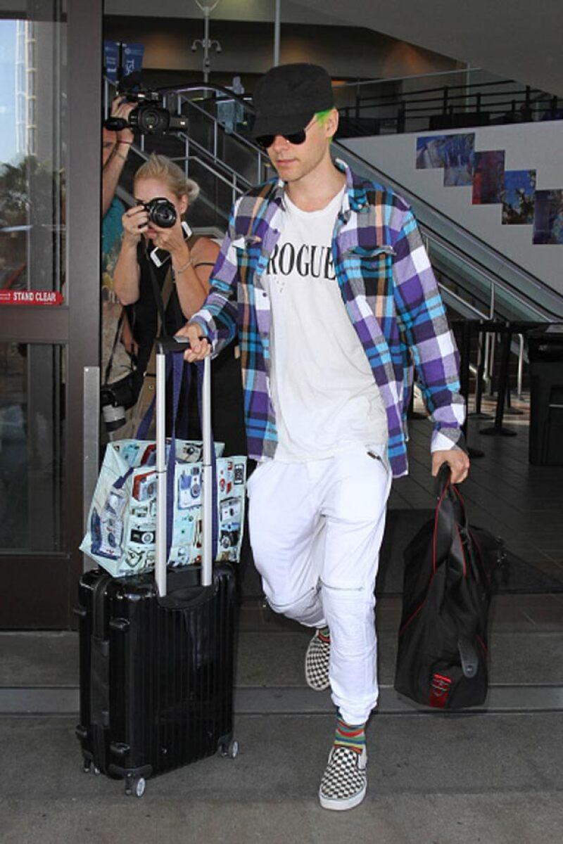 El actor y músico confrontó a los fotógrafos que lo esperaban a su llegada a Los Ángeles, en donde hasta los policías tuvieron que intervenir.
