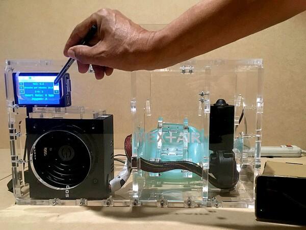 El Mex+Air cuenta con sensores de temperatura, ritmo cardíaco y porcentaje de oxígeno que se conectan directamente a la computadora para monitorear el estado del paciente y por medio de control adaptivo, poder variar la intensidad, nivel y ritmo de bombeo de acuerdo a la evolución del paciente.