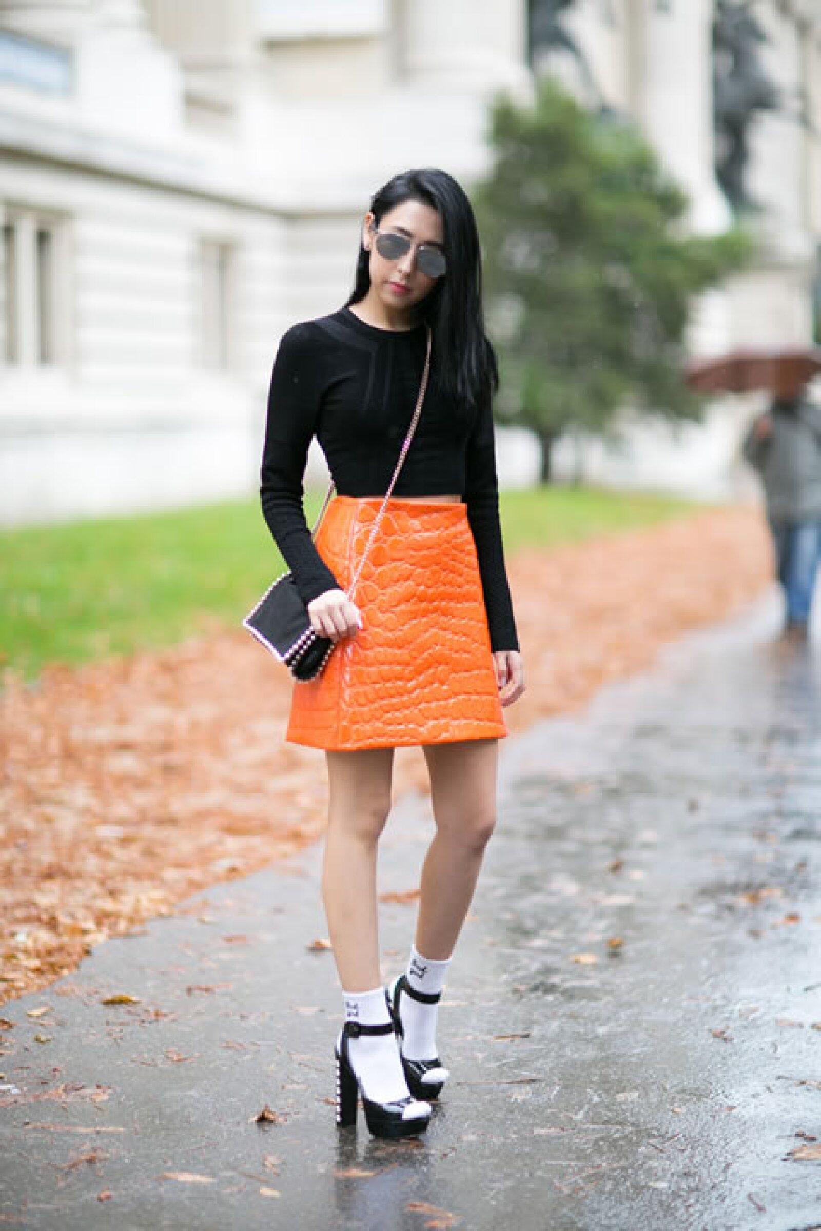 No vemos la razón por la cuál no puedas usar sandalias en otoño. Las calcetas le darán el toque perfecto al outfit.