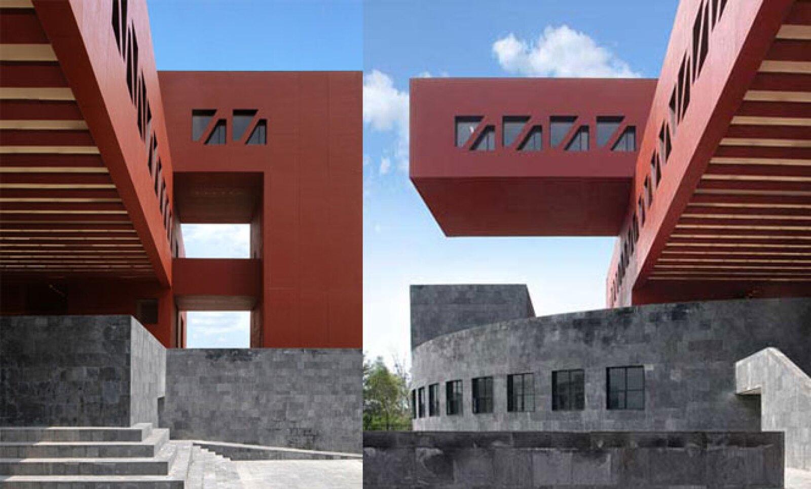 La combinación de espacios, formas y colores dan vida a nuevo edificio del campus universitario, estructura que busca integrarse con su entorno a través de su base de piedra y su estructura de acero cubierta con concreto de color rojizo.